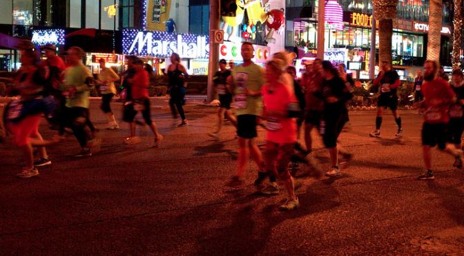 夜間、早朝のランニングは視認性高いグッズで安全走行を