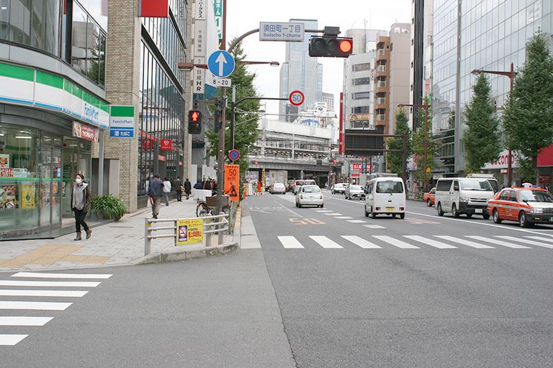 高架下の右に神田駅